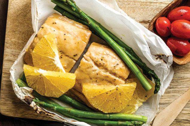 Salmón empapelado con Espárragos y Naranja al horno