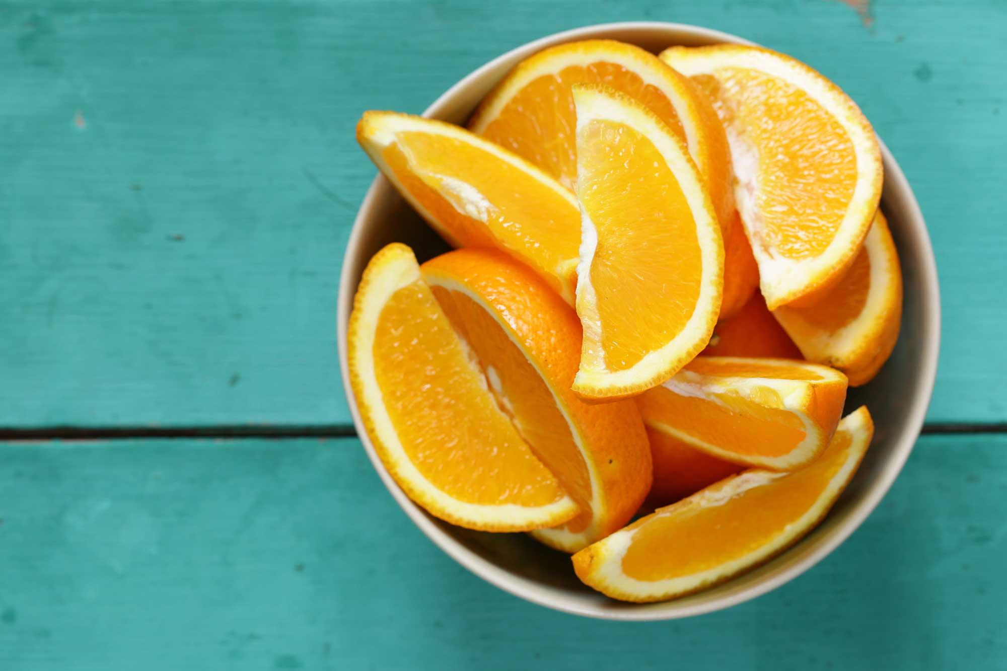 ¿El origen de la naranja fue la Fruta o el Color?