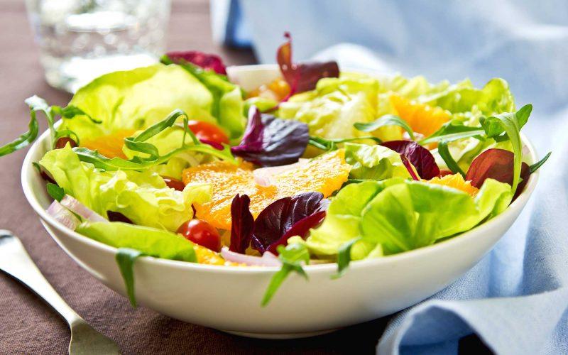 Délicieuse salade à prendre avec beaucoup de vitamines, d'oranges, de fraises et de thon